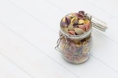 Pâtes crues de cocciolette sur un pot en verre photographie stock libre de droits