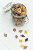 Pâtes crues de cocciolette sur un pot en verre image libre de droits