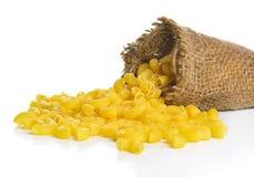 Pâtes crues de Gomiti de macaronis de coude d'isolement sur le fond blanc Photographie stock
