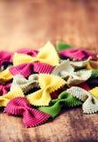 Pâtes crues de noeud papillon avec la variété de saveurs - betterave, herbe, PS photo stock