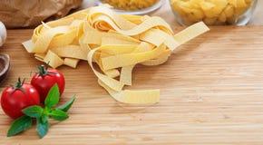 Pâtes crues de pappardelle avec les tomates et le basilic Images stock