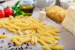 Pâtes crues de penne avec des légumes Image stock