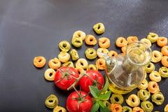 Pâtes crues de tortellini sur le fond noir Photos libres de droits