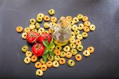 Pâtes crues de tortellini sur le fond noir Photo stock