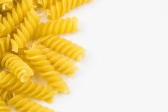 Pâtes crues en spirale de macaronis photos stock