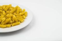 Pâtes crues en spirale de macaronis images libres de droits
