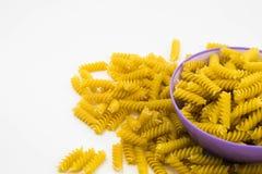 Pâtes crues en spirale de macaronis photographie stock