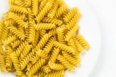 Pâtes crues en spirale de macaronis Photographie stock libre de droits
