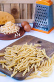Pâtes crues et fromage râpé Images stock