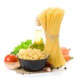 Pâtes crues et nourriture saine Photos stock