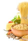 Pâtes crues et nourriture saine Photographie stock libre de droits