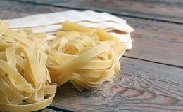 Pâtes crues sur une table en bois Image stock