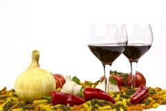 Pâtes crues, vin rouge, ail, tomates et oignon photos stock
