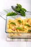Pâtes cuites au four avec du fromage et le jambon images libres de droits