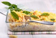 Pâtes cuites au four avec du fromage et le jambon photographie stock libre de droits