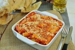 Pâtes cuites au four avec la tomate, le fromage et la viande et les légumes à l'intérieur Image stock