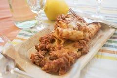 Pâtes cuites au four avec remplir de la viande hachée Images libres de droits