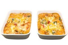 Deux plats de pâtes cuites au four d'isolement sur le fond blanc Photographie stock