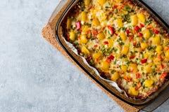 Pâtes cuites au four de fromage de gratin de brocoli avec l'oeuf, la sauce tomate et les oignons image stock