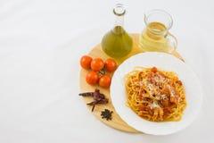 Pâtes d'Amatriciana avec ses ingrédients Image stock
