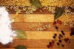Pâtes d'amour d'inscription faites à partir des pâtes de soupe à alphabet Photographie stock