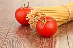 Pâtes d'arrangement avec la tomate et l'ail Photo stock