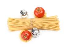 Pâtes d'arrangement avec la tomate et l'ail Photographie stock
