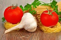 Pâtes d'arrangement avec la tomate et l'ail Images libres de droits