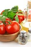 Pâtes d'arrangement avec la tomate et l'ail Photographie stock libre de droits