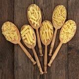 Pâtes dans des cuillères en bois Photo libre de droits
