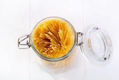 Pâtes dans le pot en verre Image stock