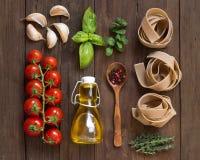Pâtes de blé entier, légumes, herbes et huile d'olive Image stock