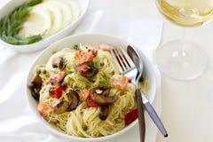Pâtes de Capellini avec des saumons et des légumes Image stock