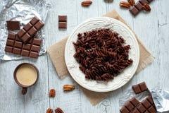 Pâtes de chocolat d'un plat blanc Image stock