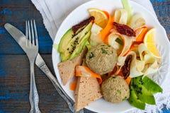 Pâtes de courgette avec des boules de lentille de tofu, avocat, carottes Image stock