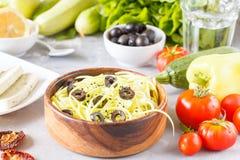 Pâtes de courgette avec les olives et le tofu Photo stock