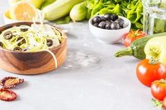 Pâtes de courgette avec les olives et le tofu Images stock