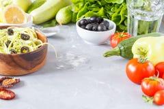 Pâtes de courgette avec les olives et le tofu Photo libre de droits
