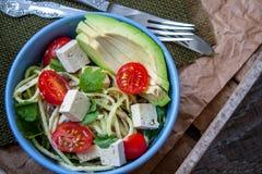 Pâtes de courgette de Vegan dans une cuvette Photo stock