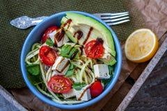 Pâtes de courgette de Vegan dans une cuvette Photographie stock libre de droits