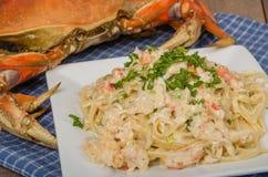 Pâtes de crabe de Dungeness du plat blanc Photographie stock