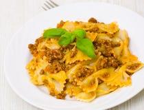 Pâtes de Farfalle avec de la sauce bolonaise Image stock