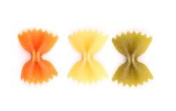 Pâtes de Farfalle, d'isolement, trois couleurs. Photo stock