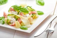 Pâtes de Fettuccine avec des saumons et le zicchini Photographie stock libre de droits