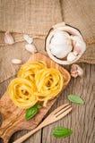 Pâtes de Fettuccine installées sur le bois de coupe Pâtes de Fettuccine ingred photos libres de droits