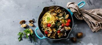 Pâtes de fruits de mer de Vongole d'alle de spaghetti de pâtes avec des palourdes photographie stock libre de droits