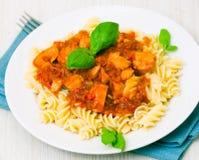 Pâtes de Fusilli avec du blanc de poulet en sauce tomate Images libres de droits