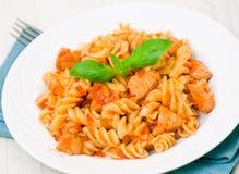 Pâtes de Fusilli avec du blanc de poulet en sauce tomate images stock