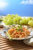 Pâtes de Fusilli avec la sauce tomate et les pois Photographie stock libre de droits
