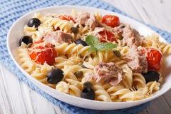 Pâtes de Fusilli avec le thon, le parmesan et les tomates dans une cuvette horizo Photos stock